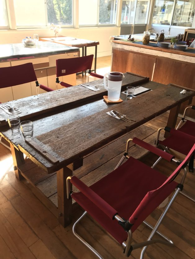 シラハマ校舎のレストラン内のテーブルの画像