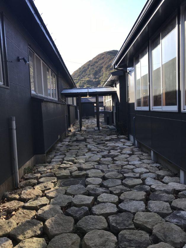 シラハマ校舎の敷地内にある石畳の通路の画像